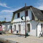 Baabe-Bahnhofsgebaeude-Gleisseite